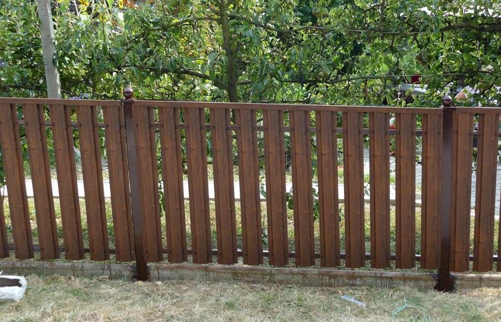 Jeklena ograja vzbuja občutek stabilnosti in trdnosti